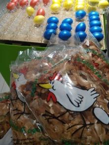 Samedi. En Suisse ils vendent des épluchures d´oignons pour colorer les oeufs de Pâques. / En Suiza venden la piel de las cebollas para pintar los huevos de Pascua.