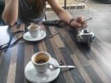 Deux cafées et du bonheur svp!