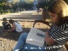 Ma nièce est écrivaine, ne pas déranger! (les deux autres eux font des chateaux de cailloux, ne pas déranger non plus!)